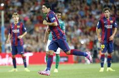 Luis Suárez, do Barcelona, é substituído durante disputa do Troféu Joan Gamper contra o mexicano Club Leon, no estádio Nou Camp, em Barcelona, na Espanha, nesta segunda-feira. 18/08/2014 REUTERS/Gustau Nacarino