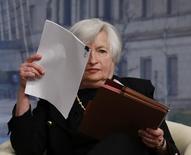 Глава ФРС Джанет Йеллен на лекции МВФ в Вашингтоне 2 июля 2014 года. Группа американских законодателей в понедельник призвала ФРС ограничить программы антикризисного кредитования крупных банков, критиковавшиеся за использование государственных средств в 2007-2009 годах. REUTERS/Gary Cameron