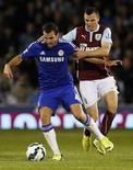 Fàbregas, do Chelsea, enfrenta marcação de Marney, do Burnley, no Campeonato Inglês. 18/08/2014 REUTERS/Andrew Yates