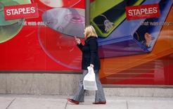 Staples, numéro un des articles du bureau aux Etats-Unis, a dégagé des résultats et un chiffre d'affaires meilleurs que prévu pour le deuxième trimestre de son exercice, qui prenait fin le 2 août. /Photo d'archives/REUTERS/Brian Snyder