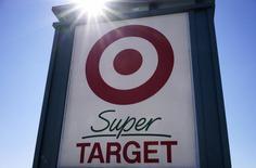 Una tienda de la cadena Target en Westminster, EEUU, feb 26 2014. Target Corp reportó una caída de un 62 por ciento en su ganancia del segundo trimestre y redujo su pronóstico de utilidades para todo el año mientras recurre a reducciones de precios para atraer a consumidores cortos de dinero y tranquilizar a clientes inquietos por una brecha de seguridad informática.   REUTERS/Rick Wilking