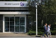 Le titre Alcatel-Lucent figure au rang des valeurs à suivre ce jeudi à la Bourse de Paris, alors que le groupe a annoncé que sa filiale américaine avait procédé au remboursement anticipé d'un crédit garanti de 1,75 milliard de dollars (1,32 milliard d'euros). /Photo d'archives/REUTERS/Stéphane Mahé