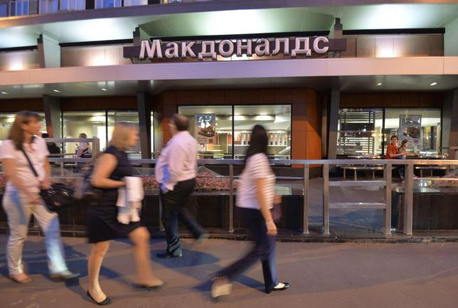 People walk past a closed McDonald's restaurant in Moscow, August 20, 2014.  REUTERS/Tatyana Makeyeva
