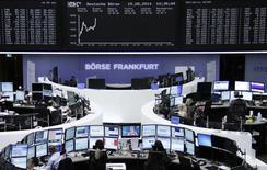 Трейдеры на торгах биржи во Франфурте-на-Майне 15 августа 2014 года. Европейские фондовые рынки растут, причем немецкий DAX поднялся до трехнедельного максимума, благодаря данным о росте частного сектора экономики Германии. REUTERS/Remote/Stringer