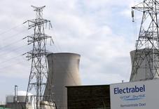 Le titre GDF Suez enregistre la plus forte baisse du CAC 40 jeudi à la mi-journée (cédant 0,86% dans un marché parisien en hausse de 0,64%), au lendemain d'un recul de 2,3% résultant d'une information de la télévision belge VRT selon laquelle deux réacteurs nucléaires belges exploités par sa filiale Electrabel pourraient rester à l'arrêt jusqu'au printemps ou ne jamais redémarrer. /Photo prise le 20 août 2014/REUTERS/François Lenoir