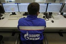 Оператор на НПЗ Газпромнефти в Москве 20 сентября 2012 года. Нефтяное крыло Газпрома - компания Газпромнефть отгрузила тестовый танкер с нефтью с арктического Новопортовского месторождения на Ямале, сообщила компания. REUTERS/Maxim Shemetov