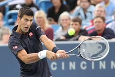 Tenista sérvio Novak Djokovic contra Gilles Simon em Cincinnati, nos EUA. 12/08/2014 REUTERS/USA TODAY Sports/Mark Zerof