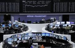 Una serie de operadores en sus puestos de trabajo en la Bolsa Alemana en Fráncfort, ago 18 2014. Las acciones europeas cerraron en alza el jueves, extendiendo una recuperación que lleva dos semanas, impulsadas por cifras de crecimiento del sector privado alemán mejores a las esperadas que tranquilizaron a los inversores sobre las perspectivas de la mayor economía de la región tras un periodo flojo.      REUTERS/Remote/Stringer