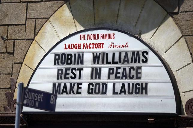 8月21日、今月11日に急死した米俳優ロビン・ウィリアムズさんの遺灰が、サンフランシスコ湾にまかれたことが明らかになった。写真はハリウッドのコメディークラブに掲げられた追悼メッセージ。12日撮影(2014年 ロイター/Lucy Nicholson)