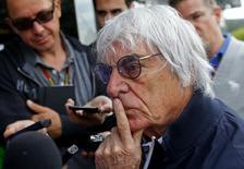 Chefe-executivo da F1, Bernie Ecclestone, conversa com jornalistas em Spa-Francorchamps. 22/08/2014 REUTERS/Yves Herman