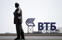 Логотип ВТБ на здании у памятника Владимиру Ленину в Ставрополе 17 июля 2014 года. Секторальные санкции ЕС и США связывают руки европейцам и американцам, нанятым российскими компаниями и банками для работы, имеющей отношение к привлечению капитала на рынках. REUTERS/Eduard Korniyenko