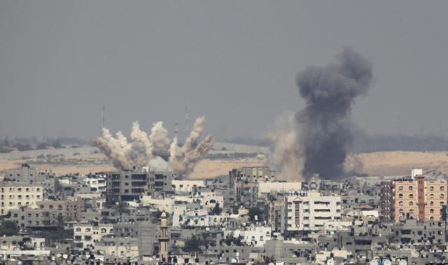 Smoke rises following what witnesses said were Israeli air strikes in Gaza August 23, 2014.  REUTERS-Ahmed Zakot