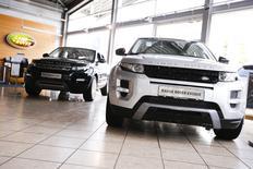 Des Range Rover Evoque dans une concession de Berlin. La domination allemande dans le haut de gamme s'effrite, au profit de marques comme Range Rover. /Photo prise le 23 août 2014/REUTERS/Thomas Peter