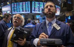 Unos operadores en el parqué de Wall Street en Nueva York, ago 25 2014. El índice de acciones S&P 500 rompió el lunes la marca de los 2.000 puntos, tras un movimiento alcista que se ha prolongado por seis años y que ha beneficiado a los inversores, pero también a muchos estadounidenses. REUTERS/Brendan McDermid