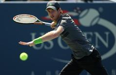 Andy Murray of Britain hits a return to Robin Haase of the Netherlands during their match at the 2014 U.S. Open tennis tournament in New York, August 25, 2014.  REUTERS/Adam Hunger