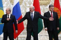 Владимир Путин, Александр Лукашенко и Петр Порошенко на встрече в Минске 26 августа 2014 года. Путин сказал, что переговоры с Порошенко были полезными, но признал, что они не продвинулись далеко на пути к завершению военного конфликта на востоке Украины, роль в котором Россия отрицает. REUTERS/Grigory Dukor