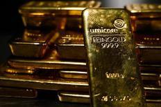 Слитки золота в хранилище Pro Aurum в Мюнхене 3 марта 2014 года. Цены на золото растут вопреки таким неблагоприятным факторам, как слабый спрос в Азии, укрепление доллара США, подъем на фондовых рынках и надежды на новые стимулы Европейского центрального банка. REUTERS/Michael Dalder
