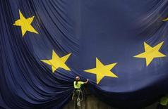 Répétition jour dans la légende de la photo. / La Commission européenne a salué mercredi la volonté du nouveau gouvernement français de poursuivre les réformes structurelles et l'a encouragé à les accélérer pour doper la croissance. /Photo d'archives/REUTERS/Albert Gea