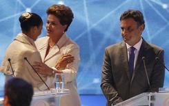 A candidata à Presidência pelo PSB, Marina Silva (esquerda), cumprimenta a presidente e candidata à reeleição pelo PT, Dilma Rousseff, enquanto o candidato do PSDB, Aécio Neves, observa, antes do debate na Band, em São Paulo, na terça-feira. 26/08/2014  REUTERS/Paulo Whitaker