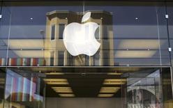 """El logo de Apple en una tienda de la compañía en el barrio de Marina en San Francisco, EEUU, abr 23 2014. Apple Inc invitó a los medios a un """"evento especial"""" en su sede central en Cupertino, California, para el 9 de septiembre, cuando muchos analistas prevén que el fabricante del iPhone dará a conocer sus más recientes versiones de sus populares teléfonos inteligentes. REUTERS/Robert Galbraith"""