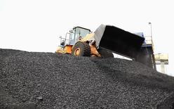 Un tractor descarga carbón en el puerto de Santa Marta, Colombia, ago 16 2013. Colombia, el cuarto exportador mundial de carbón, aspira a alcanzar una producción de 95 millones de toneladas en 2014, la más alta de su historia, por un aumento de la extracción de las grandes empresas mineras, anunció el jueves el viceministro de Minas, César Díaz.     REUTERS/Juliana Lopera