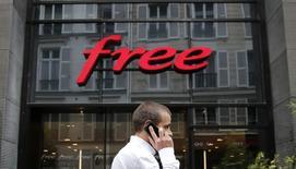 Deutsche Telekom considérerait qu'une offre à 35 dollars par action pour sa filiale T-Mobile US serait nettement insuffisante. Iliad,, propriétaire de Free, a proposé fin juillet 33 dollars par action pour racheter 56,6% du capital de T-Mobile US, ou 36 dollars en prenant en compte les synergies anticipées. Le groupe est une valeur à suivre vendredi à la Bourse de Paris et publie ses résultats semestriels après la clôture. /Photo d'.archives/ REUTERS/Christian Hartmann