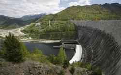 Вид на Саяно-Шушенскую ГЭС на Енисее 27 мая 2013 года. Крупнейшая в РФ гидрогненерирующая госкомпания Русгидро увеличила очищенную от бумажных переоценок чистую прибыль на 5,6 процента в первом полугодии, несмотря на падение производства, что оказалось лучше прогноза. REUTERS/Ilya Naymushin
