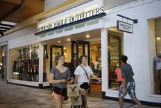 Un grupo de clientes a la salida de una tienda American Eagle Outfitters en Broomfield, EEUU, ago 20 2014. El gasto del consumidor estadounidense cayó en julio por primera vez en seis meses, pero la confianza en los hogares alcanzó en agosto un máximo nivel en siete años.  REUTERS/Rick Wilking