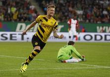 O meia alemão Marco Reus, do Borussia Dortmund, comemora gol contra o Augsburg em jogo pelo Campeonato Alemão, em Augsburg, nesta sexta-feira. 29/08/2014 REUTERS/Michaela Rehle