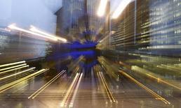 La Banque centrale européenne (BCE) est prête à ajuster sa politique monétaire en cas de besoin et à augmenter les liquidités fournies aux banques, a déclaré Benoît Coeuré, l'un des membres de son directoire, au quotidien grec Ta Nea. /Photo d'archives/REUTERS/Kai Pfaffenbach
