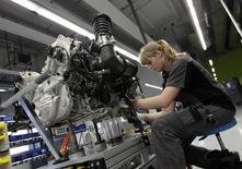 Una trabajadora en la línea de producción del vehículo 918-Spyder de Porsche en la planta de la firma en Stuttgart, Alemania, jul 2 2013. La actividad de las fábricas en Europa y Asia se enfrío en agosto tras las sólidas cifras de junio, porque los nuevos pedidos disminuyeron por una escalada de la tensión en Ucrania y una irregular recuperación de China, según índices de gerentes de compras.     REUTERS/Michaela Rehle
