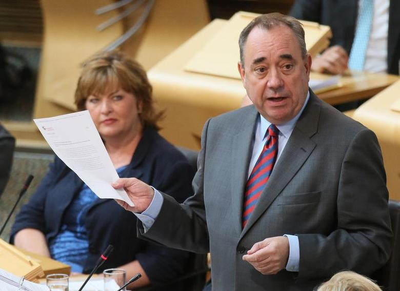 Scotland's First Minister, Alex Salmond (R), addresses Members of the Scottish Parliament (MSP), during First Minister's Question Time, the last before Scotland votes in a referendum on independence, in Edinburgh August 21, 2014.   REUTERS/Paul Hackett