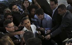 A candidata do PSB à presidência da República, Marina Silva, conversa com jornalistas em frente a seu apartamento em São Paulo pouco antes do debate dos presidenciáveis no SBT. 1/09/2014.REUTERS/Nacho Doce