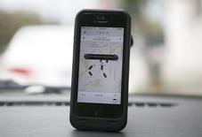 Un tribunal de Francfort a interdit par référé au groupe américain Uber d'exercer ses activités de voiturage en Allemagne, estimant que ses chauffeurs ne disposent pas des autorisations nécessaires. /Photo d'archives/REUTERS/Lucy Nicholson