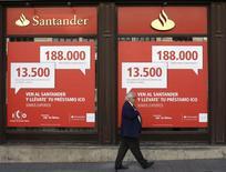 Un hombre pasa fuera de una sede de Banco Santander en Madrid. Imagen de archivo 11 octubre 2013.El Banco Santander lanzó el martes una emisión de títulos convertibles por hasta 2.500 millones de euros con el objetivo de reforzar su balance antes de la revisión de solvencia de los bancos europeos. . REUTERS/Juan Medina
