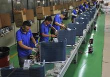 Empleados trabajan en una línea de producción en la ciudad de Manaos. Imagen de archivo, 24 junio 2014. La producción industrial de Brasil subió en julio tras cinco meses seguidos de declives, aunque el avance fue ligero debido a un cuadro económico general que sigue alicaído. REUTERS/Jianan Yu