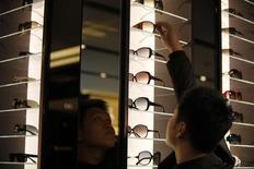 Dans une boutique Gucci à Shanghai. Kering a annoncé mardi la création d'une entité dédiée à son activité de lunettes de luxe et de sport, afin de mieux capter le potentiel de croissance de cette catégorie d'accessoires. /Photo d'archives/REUTERS/Nir Elias