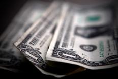 Долларовые банкноты в Торонто 26 марта 2008 года. Курс доллара к корзине основных валют держится вблизи 14-месячного максимума за счет хорошей экономической статистики США и роста доходности американских облигаций. REUTERS/Mark Blinch