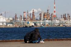 """Dans la zone industrielle de Kawasaki, au sud de Tokyo. Le plan du Premier ministre japonais pour que l'économie renoue avec une croissance auto-entretenue grâce aux """"trois flèches"""" de l'assouplissement monétaire massif, des dépenses budgétaires et des réformes structurelles peine à atteindre sa cible mais aucune alternative ne semble se dessiner. /Photo d'archives/REUTERS/Toru Hanai"""