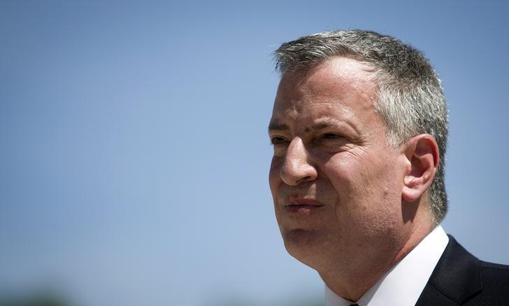 New York mayor Bill de Blasio leaves during a Memorial Day ceremony at the Soldiers' and Sailors' Monument in the Manhattan borough of New York May 26, 2014.  REUTERS/Carlo Allegri