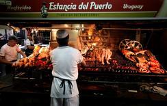 Imagen de archivo de una parrilla en el Mercado del Puerto en Montevideo, ago 16 2010. La inflación de Uruguay avanzó un 0,75 por ciento en agosto ante mayores costos en alimentos, salud y educación, aunque unareducción del impuesto al consumo contuvo un incremento mayor, informó el miércoles el Gobierno.  REUTERS/Andres Stapff