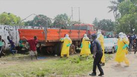 Imagem de vídeo mostra trabalhadores com roupa de proteção em busca de homem com Ebola que fugiu de isolamento de hospital em Monróvia, na Libéria. 01/09/2014 REUTERS/Reuters TV