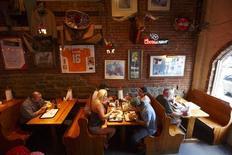 Un grupo de personas al interior de un restaurante Jack's Barbecue en Nashville, EEUU, jun 19 2013. El ritmo del crecimiento del sector servicios de Estados Unidos aumentó en agosto a su mayor nivel desde el 2005, de acuerdo con un informe industrial divulgado el jueves.   REUTERS/Harrison McClary
