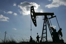 Станок-качалка компании PetroChina на нефтяном месторождении в провинции Хэйлунцзян 18 марта 2006 года. Цены на нефть Brent держатся ниже $102 за баррель и снизятся за неделю за счет роста курса доллара. REUTERS/Jason Lee