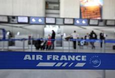 Le titre Air France-KLM figure au rang des valeurs à suivre vendredi à la Bourse de Paris, au lendemain de l'annonce par la compagnie de son intention de développer sa filiale à bas coûts Transavia en Europe afin de lutter contre la concurrence des champions du low cost que sont Easyjet et Ryanair sur les vols moyen-courrier. /Photo d'archives/REUTERS/Eric Gaillard