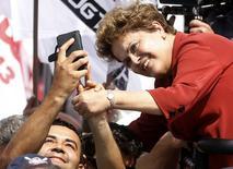 Presidente e candidata à reeleição Dilma Rousseff  posa para foto com eleitor em São Bernardo do Campo. 02/09/2014 REUTERS/Paulo Whitaker