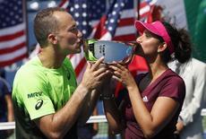 Bruno Soares e a indiana Mirza comemoram título do Aberto dos EUA nesta sexta-feira.       REUTERS/Mike Segar
