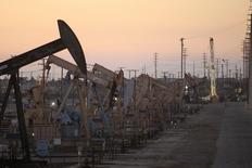Una serie de unidades de bombeo de crudo en el pozo Wilmington en Long Beach, EEUU, jul 30 2013. Los futuros de petróleo cayeron el viernes y cerraron la semana con una caída de más de un 2 por ciento debido a que un decepcionante dato de empleos en Estados Unidos arrojó dudas sobre la fortaleza del crecimiento en la economía que más crudo consume en el mundo. REUTERS/David McNew