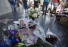 Flores em homenagem à comediante Joan Rivers na Calçada da Fama em Hollywood.   REUTERS/Mario Anzuoni