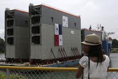Una visitante mira a una nave que carga cuatro esclusas para el Canal de Panamá a su arribo a Ciudad Colón. 7 de septiembre de 2014. La administración del canal de Panamá, vital para el comercio internacional, comenzará las pruebas con nuevas esclusas que permitirán el pasaje de barcos de mayor tamaño, conocidos como buques post Panamax, en la segunda mitad del 2015, luego de que termine la instalación de las compuertas y la inundación de la zona. REUTERS/Carlos Jasso